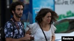 巴塞罗那发生汽车冲撞行人的恐怖袭击事件。一辆箱型车沿着拉布兰大道横冲直撞,造成13人丧生,100人受伤,警察在现场疏散人群。(2017年8月17日)