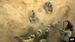 矿工们在津巴布韦东部开采钻石(资料照片)