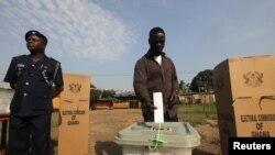 Un electeur a un bureau de vote a Kibi, dans l'Est du Ghana, fief du candidat de l'opposition Nana Akufo-Addo du New Patriotic Party (NPP), 7 Decembre , 2012.