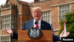 13일 런던을 방문한 도널드 트럼프 미국 대통령이 테레사 메이 영국 총리와의 기자회견에서 발언하고 있다.
