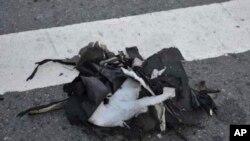 Restos de una mochila negra que contenía una de las bombas.