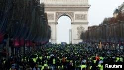 پیرس کے مرکزی چوک پر ہفتے کو مظاہرین جمع ہیں۔