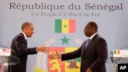 2013年6月27日在塞內加爾首都達喀爾,奧巴馬總統(左)和塞內加爾總統麥基‧薩勒(右)舉行聯合記者會。