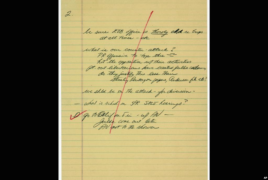 Белешка на тогашниот шеф на кабинет на претседателот Никсон Х. Р. Халдемен која наведува на претпоставката на претседателот дека можеби е прислушкуван. (AP Photo)