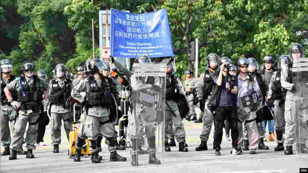 警方防暴隊在大埔警署對開南運路築起防線阻止示威者前進。(美國之音 湯惠芸拍攝)
