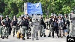 警方防暴隊在大埔警署對開南運路築起防線阻止示威者前進資料照。