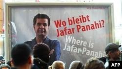 """""""Parde"""" adlı filmiyle en iyi senaryo ödülünü alan İranlı yönetmen Cafer Panahi'nin ev hapsinde tutulmasını protesto eden afiş"""