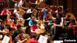 El maestro Gustavo Dudamel en los ensayos de su Orquesta Sinfónica 'Simón Bolívar'. [Foto: Fundamusical Bolívar]