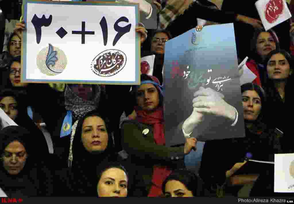 فعالیت انتخاباتی مجلس شروع شده است. این عکس از گردهمایی فراگیر اصلاح طلبان در تهران است. آنها از طرفداران خود خواسته اند به لیست سی نفره مجلس و شانزده نفره شان برای انتخابات خبرگان رای بدهند. عکس: علیرضا خضرایی، ایلنا