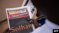 Un homme lit le quotidien L'Observateur Paalga à Ouagadougou le 7 juin 2021, à propos des attentats survenus à Solhan.