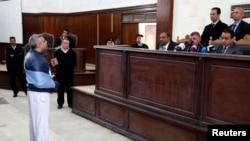 复审之前,半岛电视台记者穆罕默德·法赫米在法官面前陈述自己的观点(资料照片)。