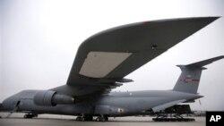 Un avion des forces aériennes américaines charge une cargaison pour le 10eme Commandement aérien de l'Armée et de la défense antimissile en vue du déploiement en Turquie à la base aérienne américaine de Ramstein, en Allemagne, 8 janvier 2013.