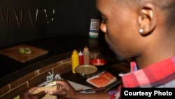 Đầu bếp Khumalo làm việc tại nhà hàng sushi The Blackanese. (Ảnh: Darren Taylor)