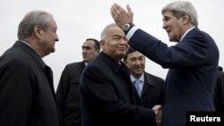O'zbekiston Prezidenti Islom Karimov (markazda) AQSh Davlat kotibi Jon Kerrini (o'ngda) Samarqand aeroportida kutib olmoqda, 1-noyabr, 2015-yil.