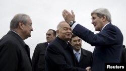 Tổng thống Uzbekistan Islam Karimov (giữa) tiếp đón Ngoại trưởng Mỹ John Kerry tại Sân bay Samarkand, ngày 1 tháng 11, 2015