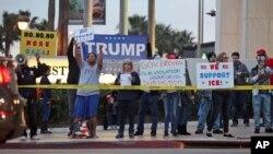 Manifestantes urgen al Partido Demócrata proteger a los jóvenes amparados por DACA durante una protesta frente a la oficina de la senadora demócrata Dianne Feinstein en Los Angeles el pasado tres de enero.
