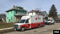 Kendaraan Palang Merah Amerika membagikan air botolan kepada warga di Flint, Michigan, Februari 2016. (VOA/K. Farabaugh)