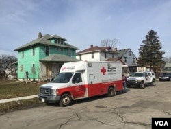 American Red Cross disaster trucks deliver bottled water to residents of Flint, Michigan, in February 2016. (K. Farabaugh/VOA)