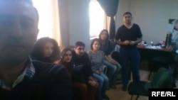 Stay dan karyawan RFE/RL biro Baku saat kantor mereka digerebek oleh petugas kejaksaan Azerbaijani (26/12).