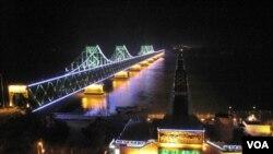 鸭绿江中国一侧灯火通明,对岸一团漆黑(美国之音张楠拍摄)