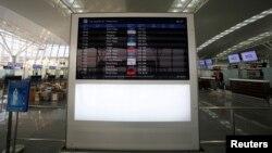 Bảng thông tin chuyến bay bên trong sân bay quốc tế Nội Bài ở Hà Nội.