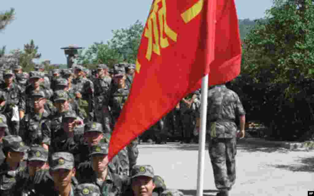在宝塔山参观的某军校学员
