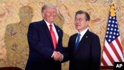 도널드 트럼프 미국 대통령과 문재인 한국 대통령이 청와대에서 만나 악수하고 있다.