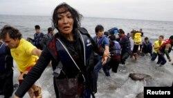 Người phụ nữ Afghanistan kiệt sức tìm kiếm các con khi tới được đảo Lesbos của Hy Lạp ngày 22/10/2015.