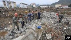 Tư liệu - Những người công nhân đang bê các khối bê tông tại khu vực bị lũ tàn phá Onsong, tỉnh Bắc Hamgyong, Bắc Triều Tiên, ngày 16 tháng 09 năm 2016.