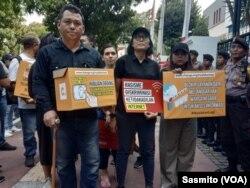 Direktur Eksekutif SAFEnet Damar Juniarto dan aktivis lainnya saat hendak memberikan somasi ke Menkominfo Rudiantara, Jumat, 23 Agustus 2019. (Foto: VOA/Sasmito)