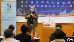 前白宫首席战略师斯蒂芬·班农周三在东京举办的第十二届族群青年领袖研习营上演讲。(美国之音 歌篮拍摄 2017年11月15日)