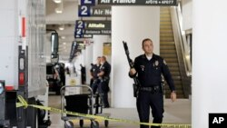 Beberapa polisi AS melakukan penjagaan di Terminal-2 bandara Los Angeles setelah insiden penembakan yang melukai beberapa orang, Jumat (1/11).