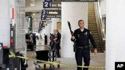 Cảnh sát đứng gác ở Ga số 2 sau vụ nổ súng giết chết 1 nhân viên TSA ở sân bay quốc tế Los Angeles, 1/11/2013