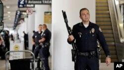 Polîsên Los Angeles (LAPD) li termînala 3 ya balafirgeha Los Angeles, piştî êrîşa roja Înî.