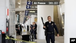 11月1日洛杉矶机场枪击案发生后,警察守卫在机场的2号航站楼
