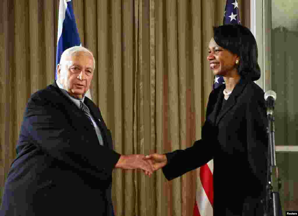 El primer ministro Ariel Sharon saluda a la secretaria de Estado de EE.UU., Condoleezza Rice ,antes de una reunión en Jerusalén, el 14 de noviembre de 2005.