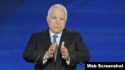 سناتور جان مک کین در حال سخنرانی در تجمع «شورای ملی مقاومت ایران»، تیرانا، آلبانی، شنبه ۲۶ فروردین