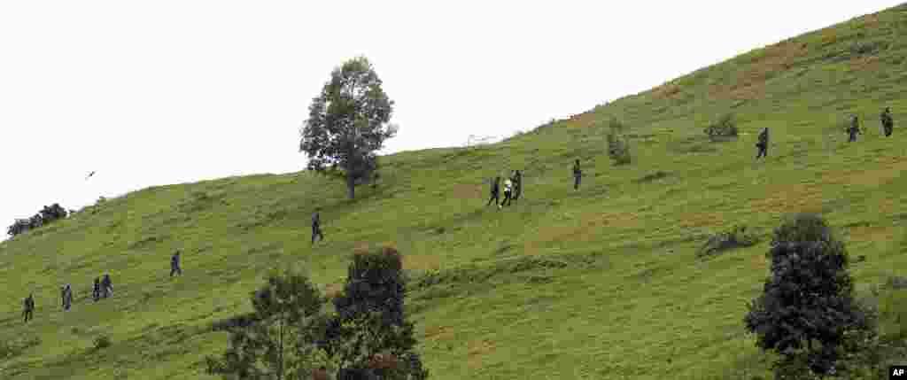 Wapiganaji wa M23 wakiupanda mlima uliyoko takriban kilomita 6 kutoka mji wa Goma, December 3, 2012.