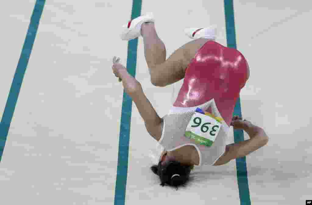 عکسهایی از المپیک ریو: اکسانا چوسویتینی، ژیمناست ازبکستانی زمین خورده است.