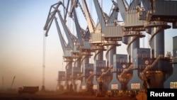 Pelabuhan Caofeidian di pesisir timur laut provinsi Hebei, China (10/10). (Reuters/China Daily)