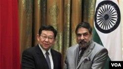 Hindiston Tijorat vaziri Anand Sharma (o'ngda) Xitoy vaziri Chen Demin bilan. 2012-yil avgust.