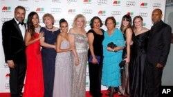 Dàn diễn viên chính của The Sapphires, Jessica Mauboy (thứ hai từ trái sang), Mirinda Tapsell (thứ tư bên trái), Deborah Mailman (thứ năm bên phải), và Shari Sebbens(thứ ba bên phải) chụp cùng với nhóm hát Sapphires thật ngoài đời tại lễ khai mạc Liên hoan phim Quốc tế tại Melbourne. 2/8/2012 (AP Photo/Paul Jeffers)
