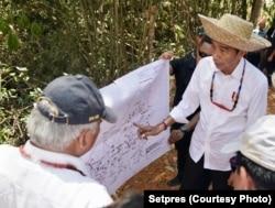 Presiden Jokowi dan Menteri PUPR Basuki Hadimuljono berdiskusi di atas peta kawasan Palangkaraya dan sekitarnya (courtesy: Setpres)