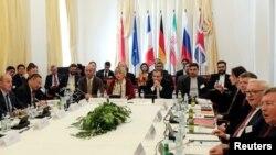 El principal negociador nuclear de Irán, Abbas Araqchi, y la secretaria general del Servicio Europeo de Acción Externa, Helga Schmit, asisten a la reunión de los firmantes del acuerdo nuclear de 2015 en Viena, el viernes, 28 de junio de 2019.