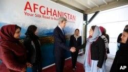 AQSh Davlat kotibi Jon Kerri afg'on tadbirkor ayollari bilan, Kobul, 26-mart, 2013-yil.