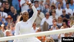 Serena Williams merayakan kemenangan di laga perempat final turnamen tenis Wimbledon melawan petenis Italia, Camila Giorgi, di London, Inggris, 10 Juli 2018.