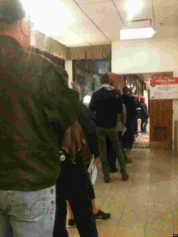 芝加哥投票站入口選民排隊投票