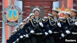 Tentara Rusia dalam parade peringatan Hari Kemenangan Rusia dalam Perang Dunia II ke-74 di Lapangan Merah, di Moskow, Rusia, 9 Mei 2019.