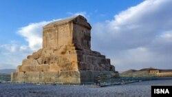 نیروهای امنیتی در یکشنبه ۷ آبان اجازه نزدیک شدن مردم به مقبره کوروش کبیر در پاسارگاد را ندادند.