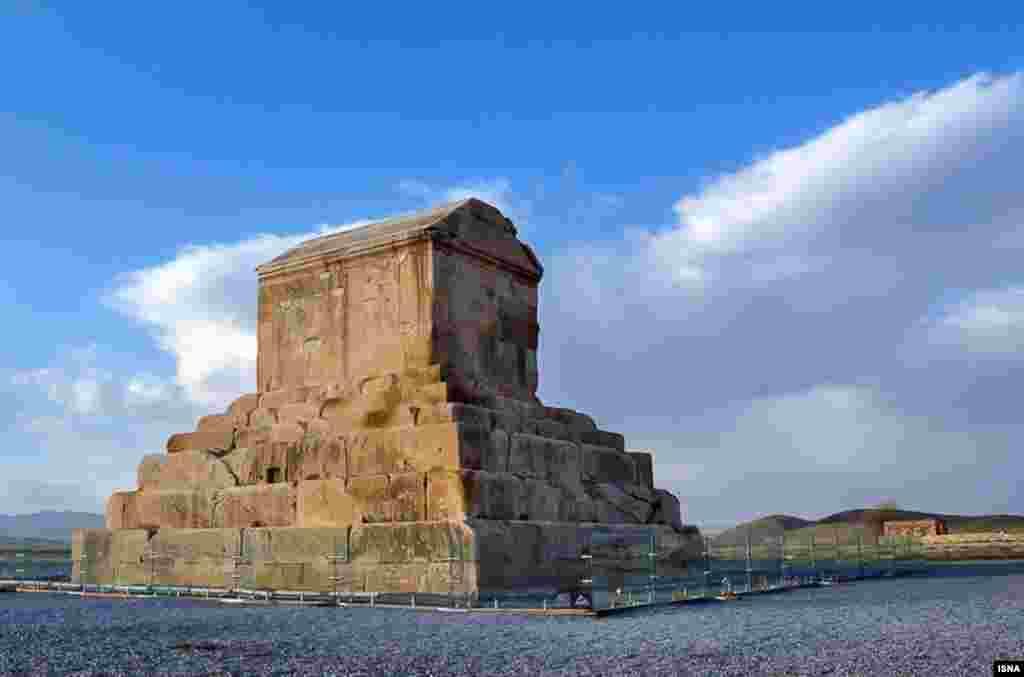 در محدوده «حریم درجه دو» مجموعه تاریخی پاسارگاد، آرامگاه کوروش کبیر، پیکر دو کشته جنگ عراق و ایران با عنوان «شهید گمنام» دفن شد.